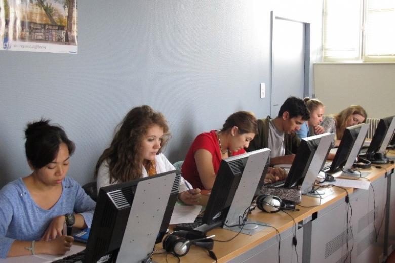 École CIDEF - Etudiants aux ordinateurs