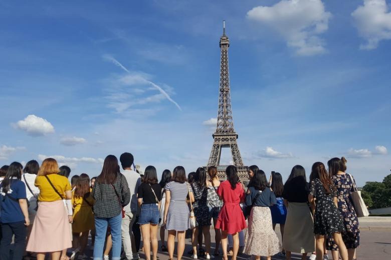 Centre FLE EPITA - Groupe devant le Tour Eiffel