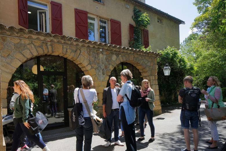 IS Aix-en-Provence - Groupe devant l'école de français