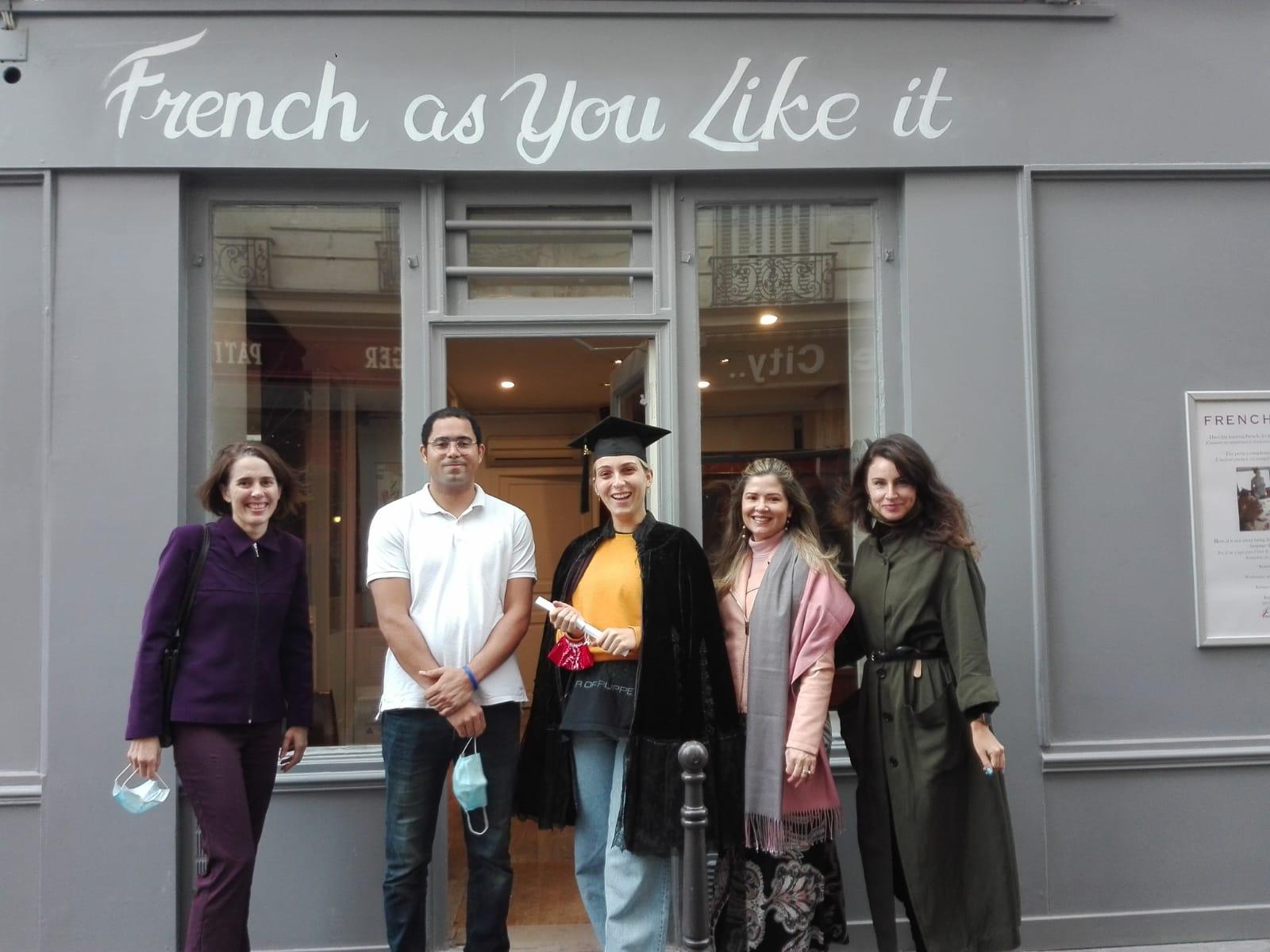 École French as You Like It - Etudiants devant l'entrée